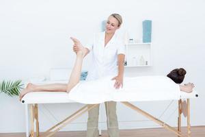 Fisioterapista che fa massaggio alle gambe