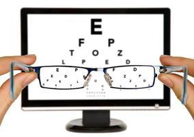 l'uomo sta osservando il diagramma dell'esame degli occhi foto
