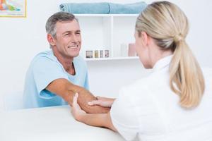 dottore facendo massaggio alle braccia