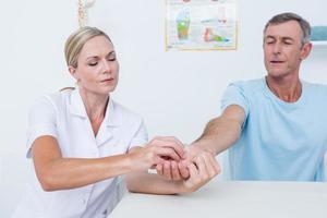dottore facendo massaggio alle mani