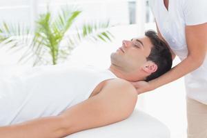 uomo che riceve un massaggio al collo foto