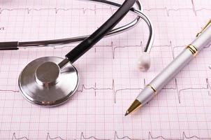 stetoscopio e penna sul cardiogramma foto