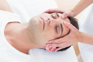 uomo che riceve un massaggio alla testa foto