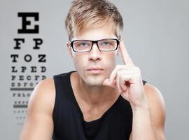 bell'uomo con gli occhiali foto