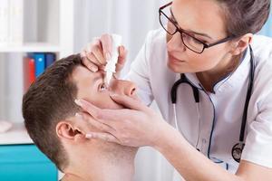 il medico aiuta il paziente foto