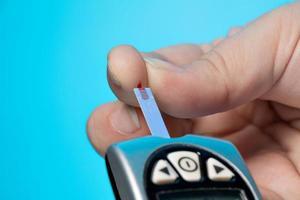 blutzuckermessgerät, zur überprüfung des blutzuckerspiegels foto