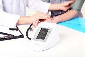 misurazione della pressione del paziente in ospedale primo piano foto