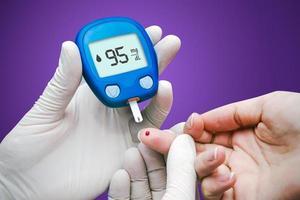 medico che fa il test della glicemia. foto