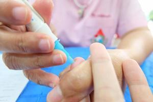 il sangue viene testato prima della donazione foto