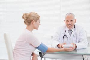 dottore facendo test al suo paziente foto