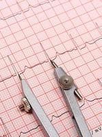 rapporto del grafico dell'elettrocardiogramma e calibri foto