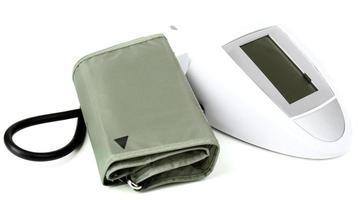 monitor di pressione sanguigna isolato su bianco foto