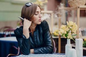 sigaretta elettronica bella bruna glamour fumo foto
