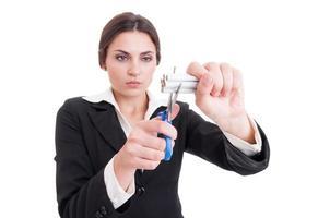 donna che taglia un mazzo di sigarette usando le forbici o le cesoie foto