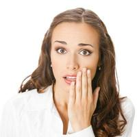 donna d'affari che copre la bocca, isolato foto