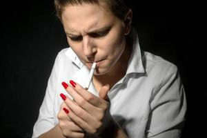 giovane donna che fuma in studio foto