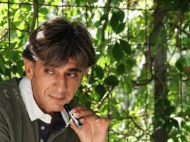 fumatore di sigaretta elettronica sulla vegetazione foto