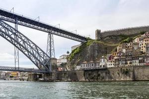 vista del centro storico e del ponte dom luiz, paesaggio urbano di porto foto