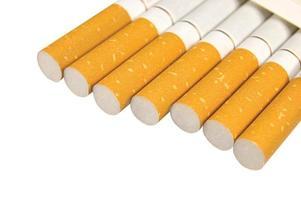 classificare un primo piano di sigarette con filtro, grande colpo a macroistruzione isolato dello studio foto