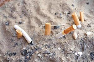mozzicone di sigaretta con la cenere foto