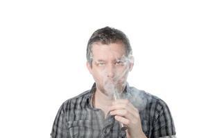 uomo che fuma ecigarette foto