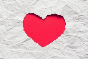 carta bianca strappata nel simbolo a forma di cuore foto