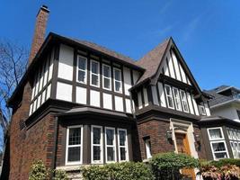 primo piano della casa in stile tudor foto
