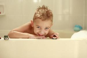 ragazzino nella vasca da bagno foto