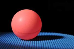 palla da ping pong con paddle tennis da tavolo foto