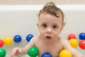 bambino nella vasca da bagno foto