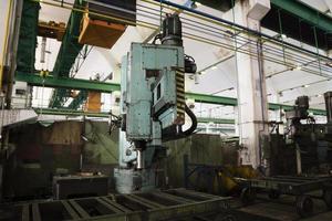 grande perforatrice in una vecchia fabbrica foto