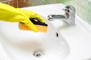 pulizia del rubinetto del lavandino del bagno