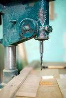 utensile di fresatura industriale, tornio e macchinari in un arredamento locale foto