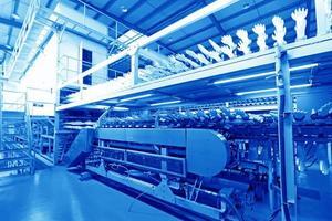linea di produzione di guanti di butadiene acrilonitrile in una fabbrica, né