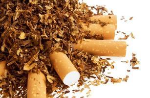 sigaretta e tabacco isolato su uno sfondo bianco foto