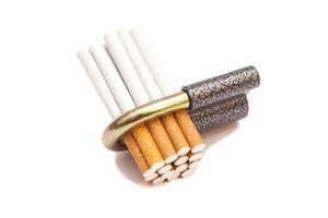 sigarette bloccate isolate su bianco foto