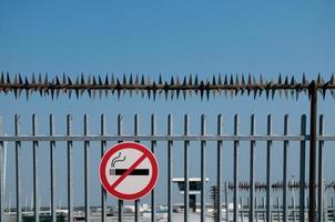 recinzione di sicurezza con cartello per non fumatori. foto