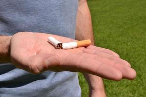sigaretta rotta in una mano