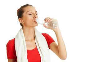giovane donna acqua potabile foto