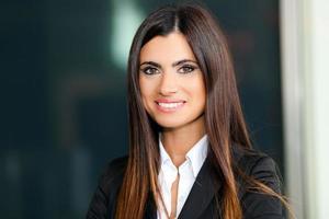 sorridente giovane donna d'affari foto