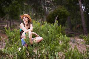 donna escursioni nella foresta foto