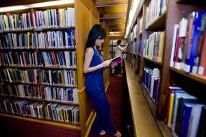 studenti che leggono in una biblioteca foto