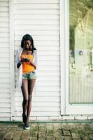 giovane donna africana con il cellulare foto