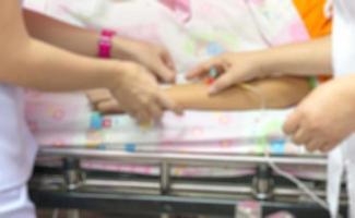 sfocatura dello sfondo di infermieri sono ai pazienti fornendo foto