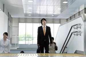 giovane imprenditore salendo le scale