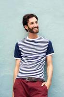 bell'uomo felice con barba sorridente