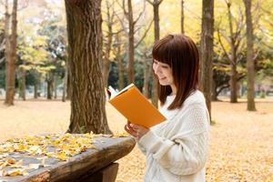 leggendo in autunno foto