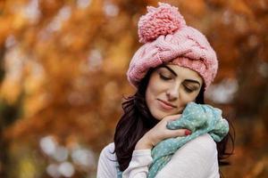 giovane donna nella foresta d'autunno foto