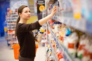 ragazza in un supermercato di generi alimentari foto