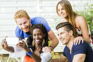 gruppo di amici che fanno selfie in una calda giornata estiva